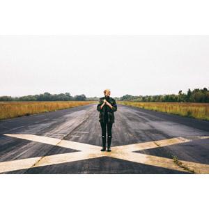フリー写真, 人物, 女性, 外国人女性, アメリカ人, ショートヘア, 金髪(ブロンド), 人と風景, 滑走路
