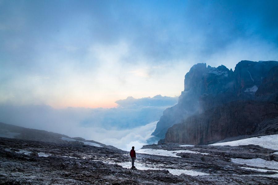 フリー写真 雲海と山を眺める人物