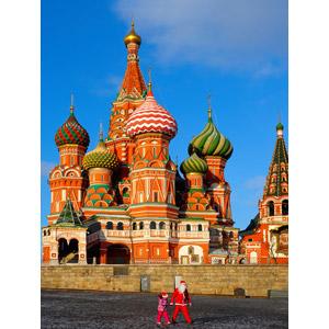 フリー写真, 風景, 建造物, 建築物, 教会(聖堂), 聖ワシリイ大聖堂, ロシアの風景, モスクワ, 世界遺産, 人と風景, 手をつなぐ, 親子, サンタクロース, 娘, 父親(お父さん), 二人