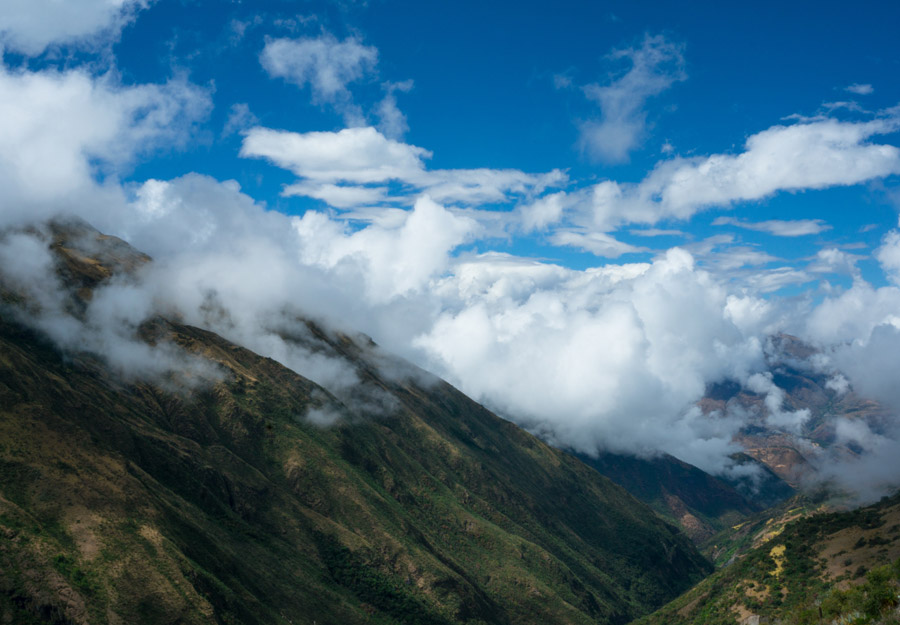 フリー写真 雲のかかるアンデス山脈の風景