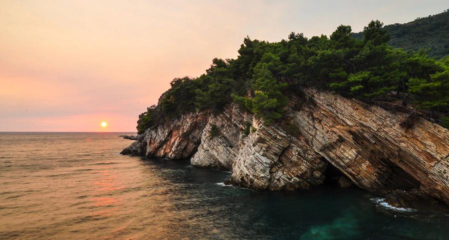 フリー写真 夕日と海と崖の風景