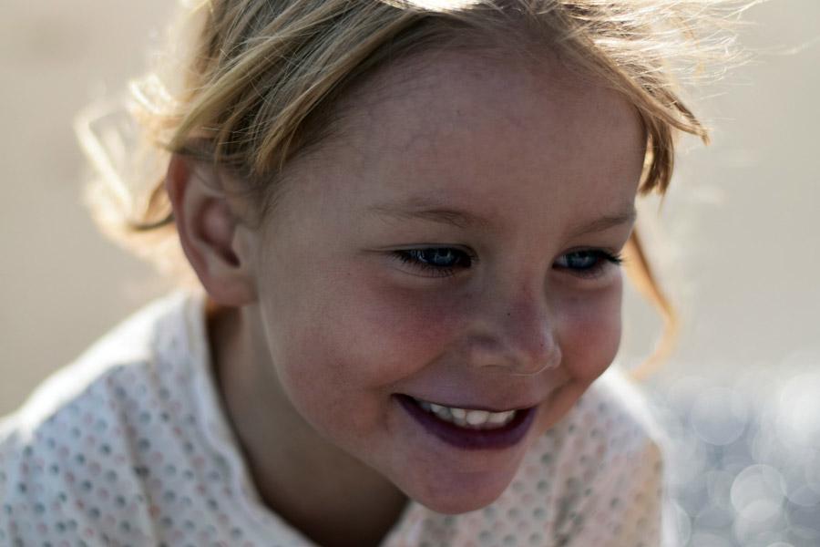 フリー写真 斜め下を見ている外国の女の子の顔のアップ