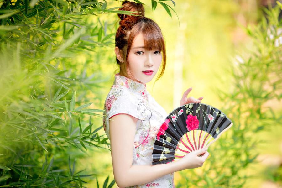 フリー写真 笹の葉とチャイナドレス姿で扇子を持つ女性