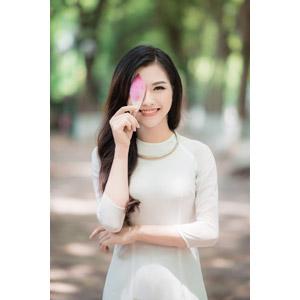 フリー写真, 人物, 女性, アジア人女性, 女性(00246), ベトナム人, アオザイ, 人と花, 花びら, 目を覆う