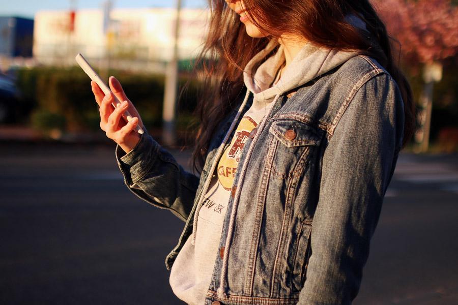 フリー写真 スマホを持ってポケモンGOを楽しむ女性
