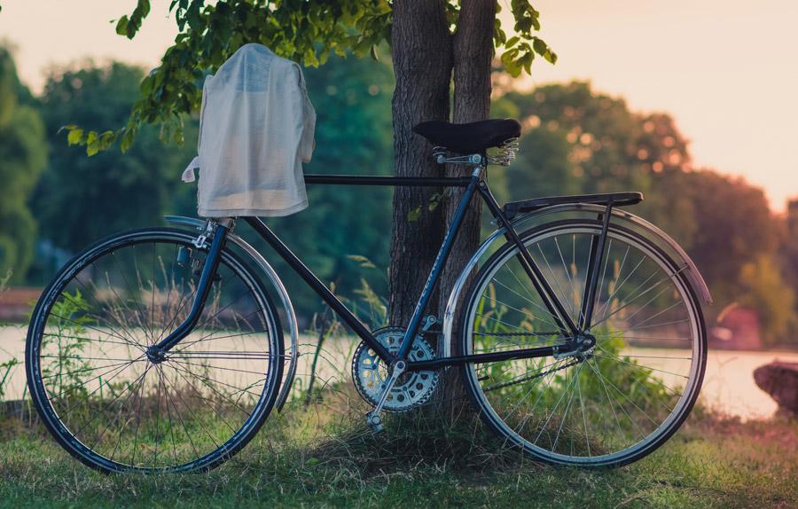 フリー写真 Tシャツがかけられた自転車