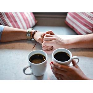 フリー写真, 人体, 手, カップル, 恋人, 愛(ラブ), 手をつなぐ, 手を重ねる, 飲み物(飲料), コーヒー(珈琲), マグカップ, 二人