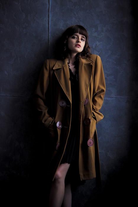 フリー写真 コートのポケットに手を入れる外国人女性