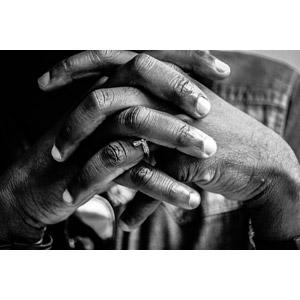 フリー写真, 人体, 手, 手を組む, 祈る(祈り), 十字架, モノクロ
