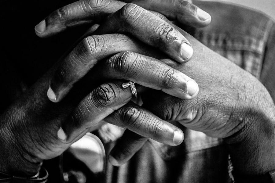 フリー写真 十字架と祈りを捧げる手の
