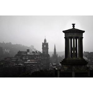 フリー写真, 風景, 建造物, 建築物, 旧市街, 街並み(町並み), 時計台, ダグラス・スチュアート記念碑, カールトン・ヒル, エディンバラ, スコットランド, イギリスの風景, モノクロ