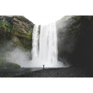 フリー写真, 風景, 滝, スコゥガフォス, アイスランドの風景, 人と風景, 手を広げる