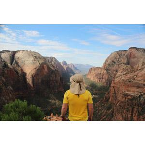 フリー写真, 風景, 渓谷, 岩山, 人と風景, 後ろ姿, ザイオン国立公園, アメリカの風景, ユタ州