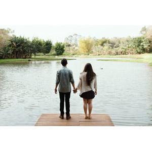 フリー写真, 人物, カップル, 恋人, 後ろ姿, 手をつなぐ, 人と風景, 池, 桟橋