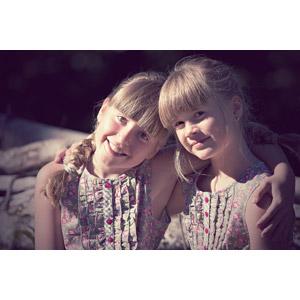 フリー写真, 人物, 子供, 女の子, 外国の女の子, 女の子(00034), 女の子(00236), 兄弟(姉妹), 二人, 肩を組む