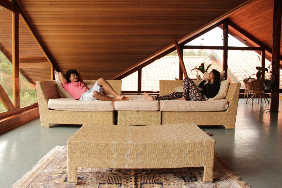フリー写真 ソファーの上でくつろぐカップル