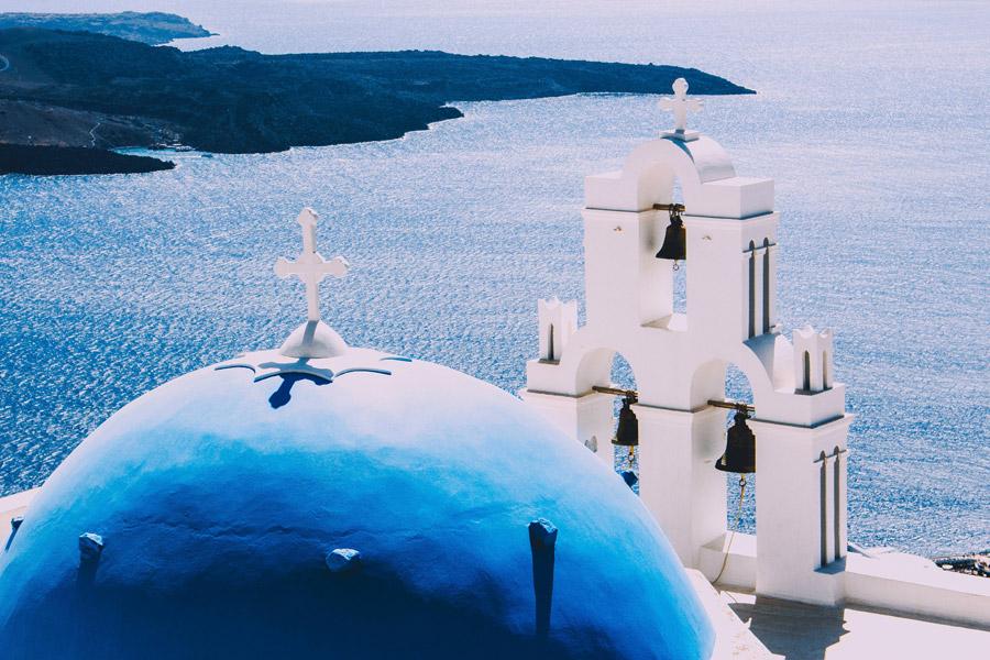 フリー写真 サントリーニ島の青い屋根の教会とベル