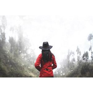 フリー写真, 人物, 女性, 後ろ姿, 人と風景, 帽子, カウボーイハット, 雪, 森林, 冬