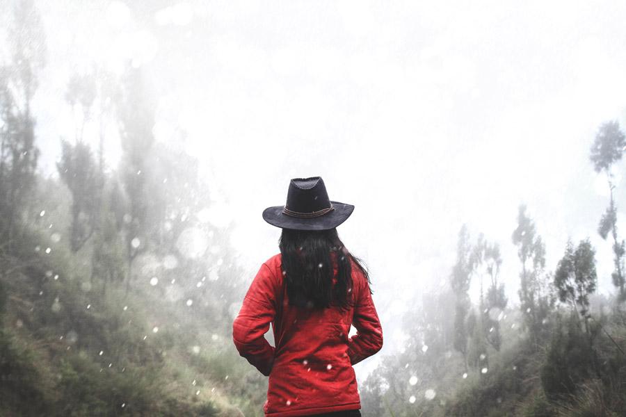 フリー写真 雪とカウボーイハットを被る女性の後ろ姿