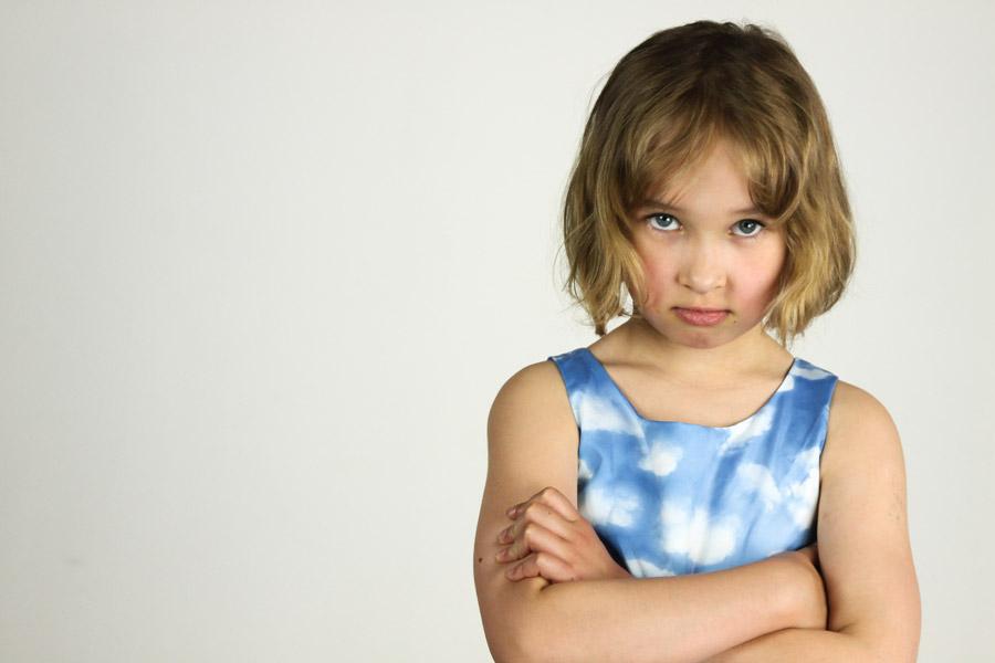 フリー写真 腕組みして怒っている外国の女の子