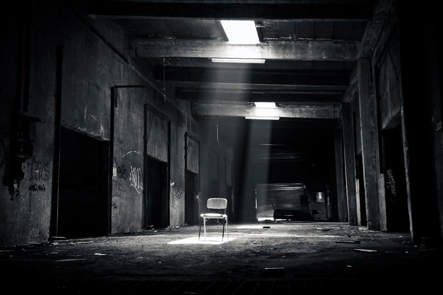 フリー写真 廃墟の建物に置かれた椅子