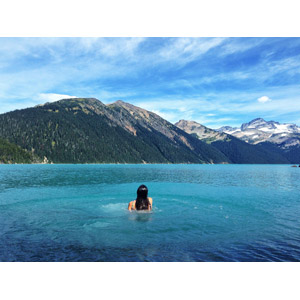 フリー写真, 風景, 湖, 山, 人と風景, 女性, 後ろ姿, 湖水浴, カナダの風景