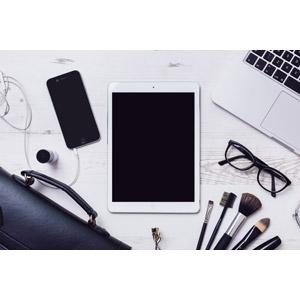 フリー写真, 家電機器, パソコン(PC), ノートパソコン, タブレットPC, スマートフォン(スマホ), ブリーフケース, 眼鏡(メガネ), メイクブラシ