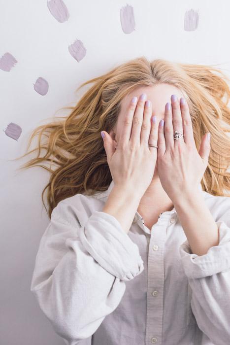 フリー写真 手で顔を隠す寝起きの外国人女性
