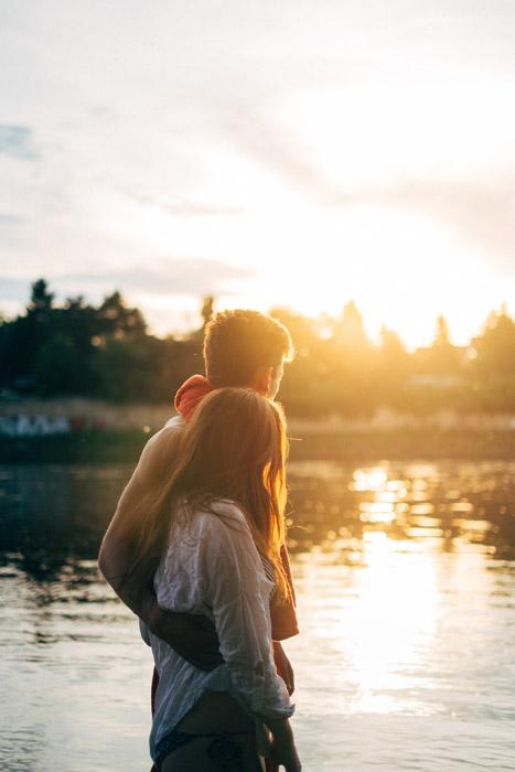 フリー写真 夕暮れの湖で寄り添うカップル