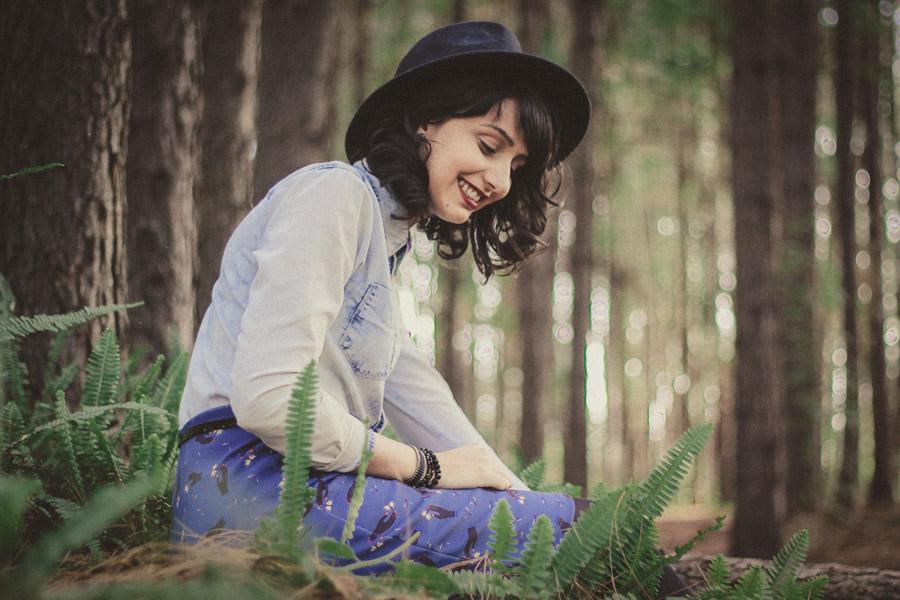 フリー写真 森の木々と帽子を被った外国人女性
