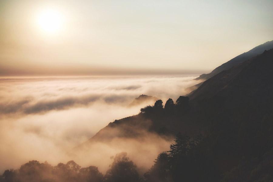 フリー写真 朝日と雲海とビッグサーの海岸風景