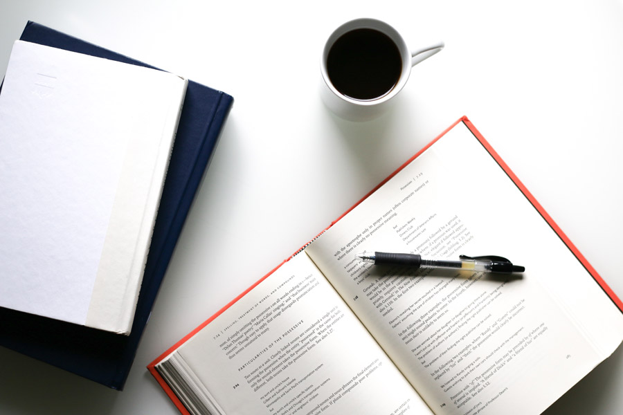 フリー写真 コーヒーと本とボールペン