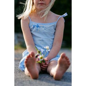 フリー写真, 人物, 子供, 女の子, 外国の女の子, 金髪(ブロンド), 座る(地面), 人と花