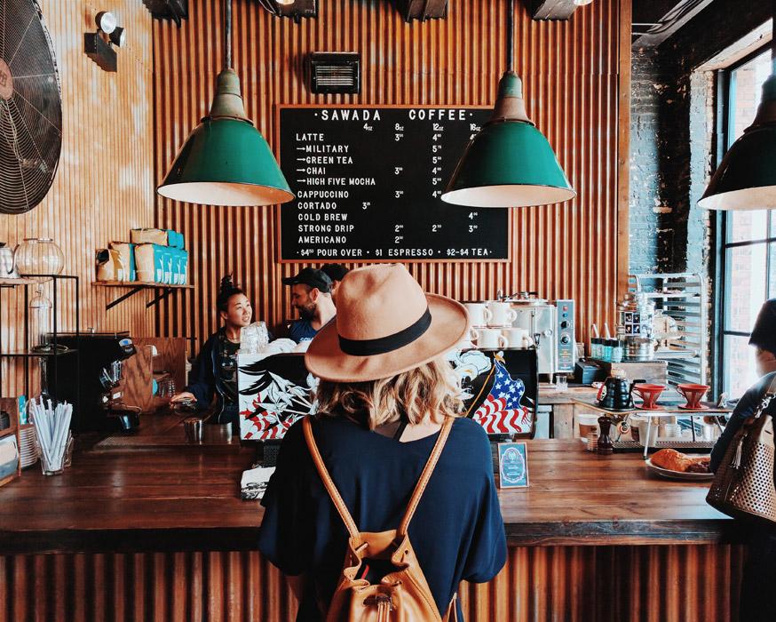 フリー写真 カフェの中にいる女性の後ろ姿