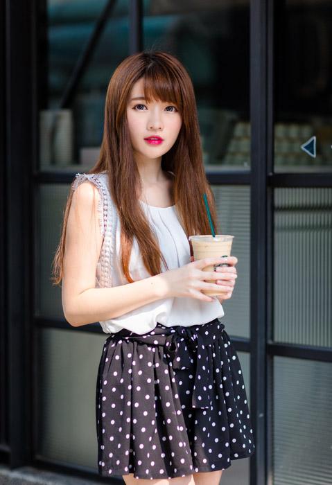 フリー写真 スタバのアイスコーヒーを持つ女性