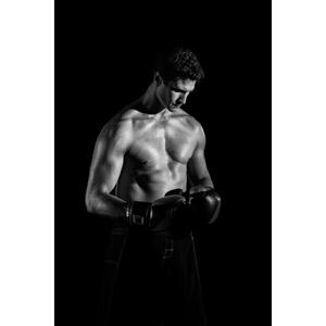 フリー写真, 人物, 男性, 外国人男性, スポーツ, 格闘技, ボクシング, ボクシンググローブ, 俯く(下を向く), 黒背景, モノクロ