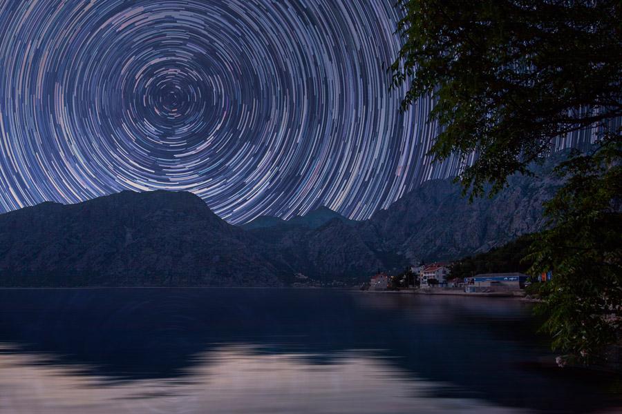 フリー写真 コトル湾と山と星の軌跡の風景