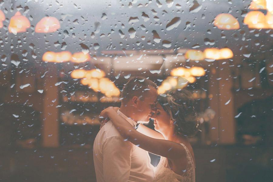 フリー写真 濡れた窓ガラスに映る新郎新婦