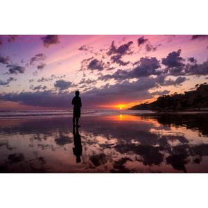 フリー写真, 風景, 海, ビーチ(砂浜), 夕暮れ(夕方), 夕焼け, 夕日, 日の入り, 人と風景, シルエット(人物), 雲, ポルトガルの風景