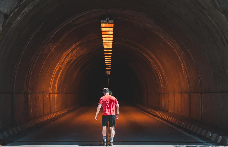 フリー写真 トンネルの前に立つ男性の後ろ姿