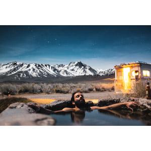 フリー写真, 人物, 男性, 外国人男性, 温泉, お風呂, 露天風呂, 夜, 山, 人と風景, キャンピングカー, アメリカの風景, カリフォルニア州, 入浴, 長野県