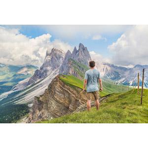 フリー写真, 人物, 男性, 外国人男性, 後ろ姿, 人と風景, 山, アルプス山脈, ドロミテ(ドロミーティ), 岩山, イタリアの風景, 世界遺産