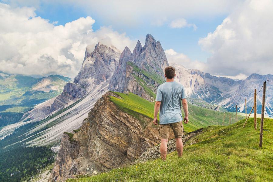 フリー写真 ドロミテ山脈を眺める男性の後ろ姿