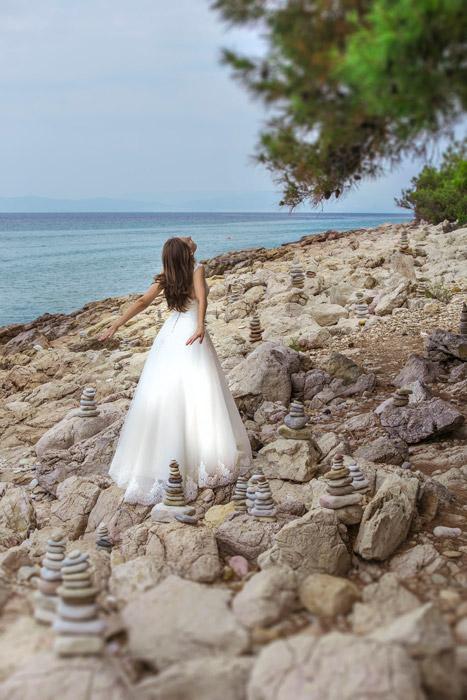 フリー写真 積み石がされた海岸と花嫁