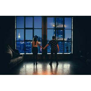 フリー写真, 人物, カップル, 恋人, 手をつなぐ, 後ろ姿, 夜景, 夜, 部屋, 眺める, 高層ビル, 爆弾, 爆発, 都市