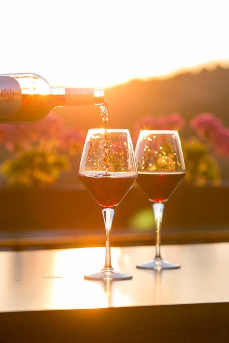フリー写真 夕暮れに注ぐ赤ワイン