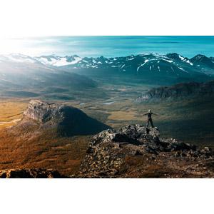 フリー写真, 風景, 山, 岩山, 人と風景, 後ろ姿, 手を広げる, 歓喜, スウェーデンの風景