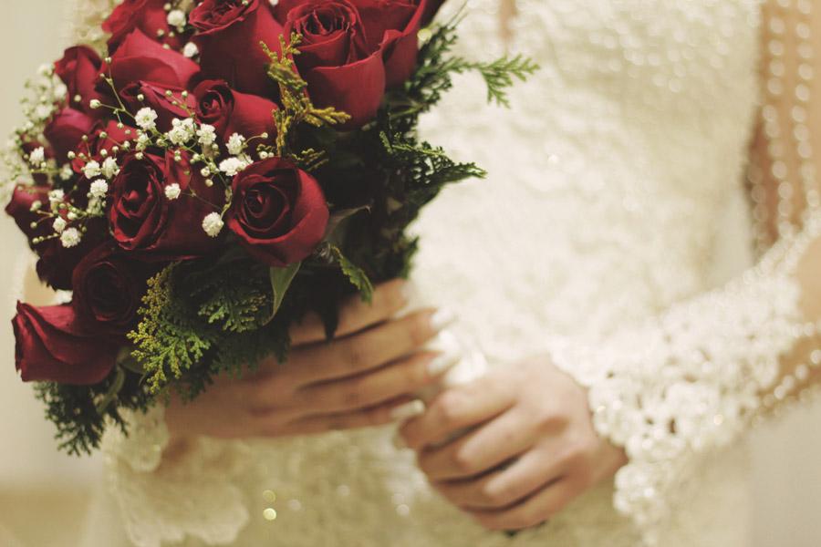 フリー写真 バラのブーケを持つ花嫁の手元