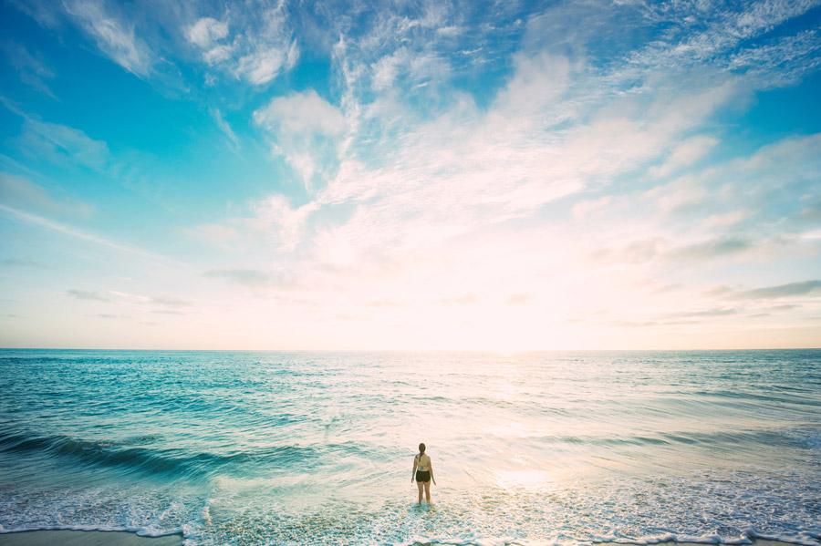 フリー写真 青空と海と後ろ姿の女性
