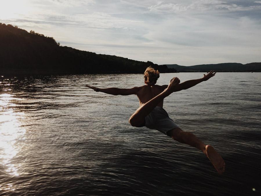 フリー写真 大の字で湖に飛び込む男性